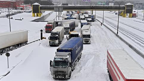 Москва отодвинула грузовики на ЦКАД  / Транзитные фуры больше не смогут подъезжать к Москве ближе чем на 50км