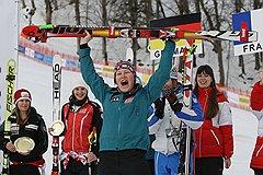 Австрийка Тамара Типплер, занявшая третье место н асоревнованиях по супергиганту на этапе кубка Европы по горнолыжному спорту среди женщин, на церемонии награждния