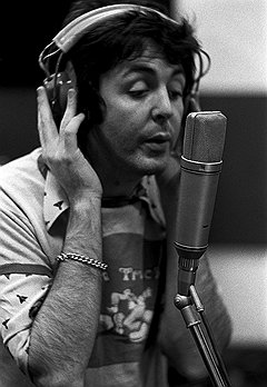 """Пол Маккартни с песней к """"Живи и дай умереть"""" вывел Бонда на высоты чартов"""