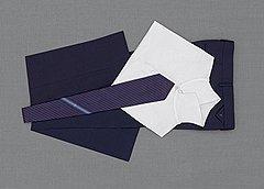 Сложенные сорочки, застегнутые на все пуговицы, укладываются одна на другую. Галстуки и брюки лучше не складывать