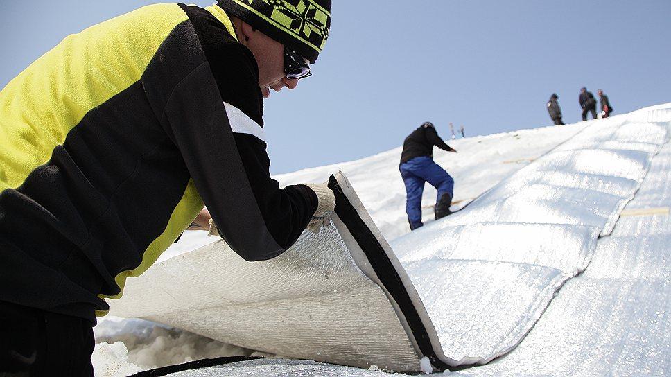 Снежный сугроб накрывают теплоизоляционным материалом — и получится хранилище для законсервированного снега