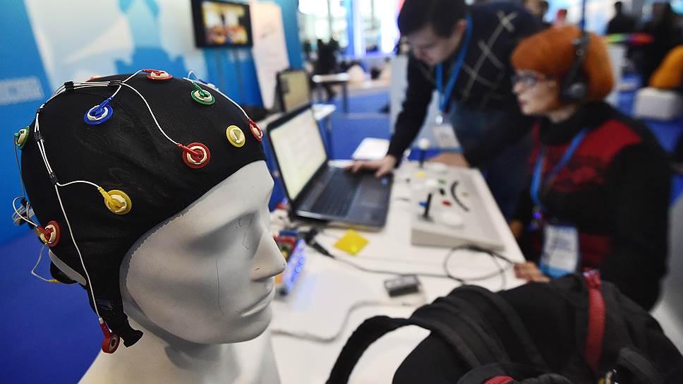 Несколько электродов, закрепленных на голове, могут считывать мысленные команды и передавать их на смартфон