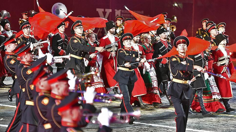 В этом году оркестры удивляли не только виртуозным исполнением знаменитых хитов, но и костюмами, а также профессиональной хореографией