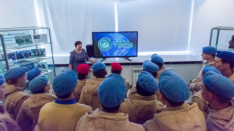 Юнармейцы внимательно слушали экскурсовода, который рассказал об истории создания космодрома Восточный. В жестких погодных условиях приходилось возводить этот объект