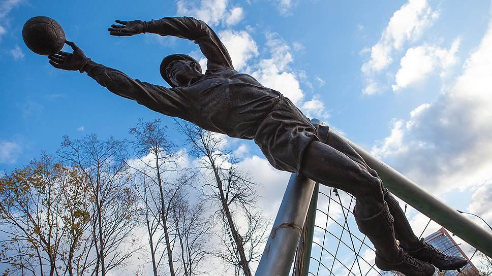 """В 1999 году у входа на Северную трибуну был установлен памятник легендарному игроку """"Динамо"""", лучшему голкиперу XXвека Льву Яшину"""