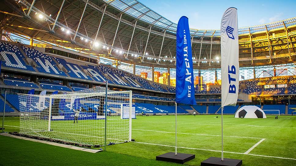 Основная обновленная площадка позволяет вместить около 26тыс. зрителей во время футбольных матчей, а при проведении концертов вместимость увеличивается до 33тыс. человек