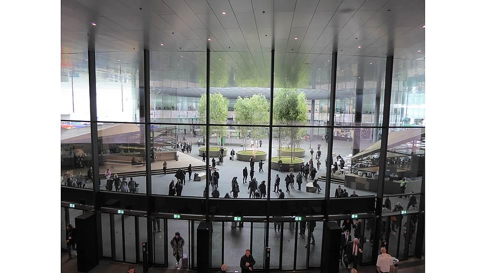 """В дни открытия Базельской ярмарки в музее Fondation Beyeler проходила выставка к 80-летию Георга Базелица. Его """"Фрау Ультрамарин"""" тоже носит часы"""