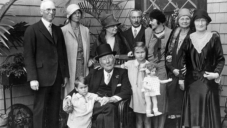 Джон Рокфеллер в окружении родственников и друзей в Орманд Бич. 23 мая 1931 года
