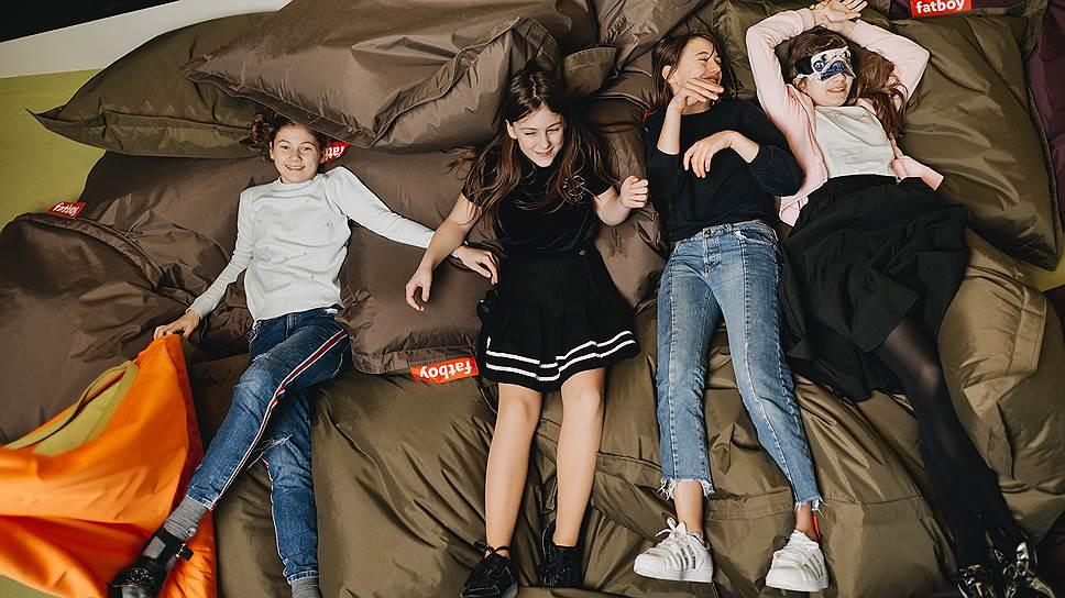 Ученики летней школы Exupery отдыхают после занятий