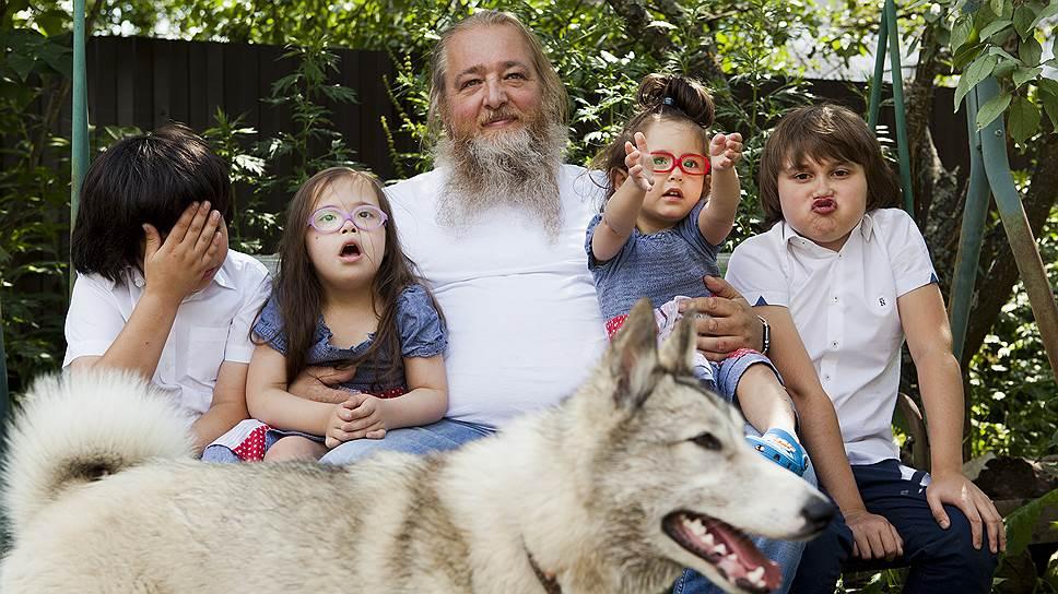 Многодетный отец Петр Свешников с четырьмя приемными детьми, 2018