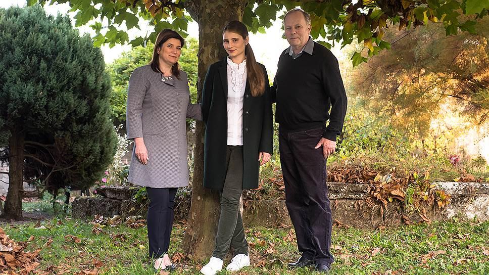 На семейных виноградниках Рено и Марине помогает дочь и будущий энолог Александра Мария Бюрнье (в центре)