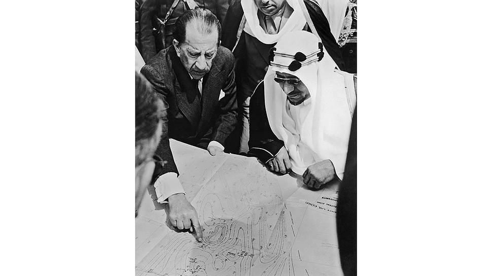 Американский нефтяной магнат Пол Гетти изучает карту южного Куветйта с саудовским королем Абдул Азизом
