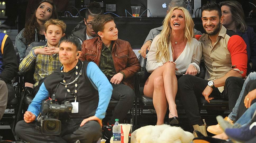 Сэм Асгари (на фото крайний справа) — юный бойфренд и, возможно, будущий третий муж Бритни Спирс