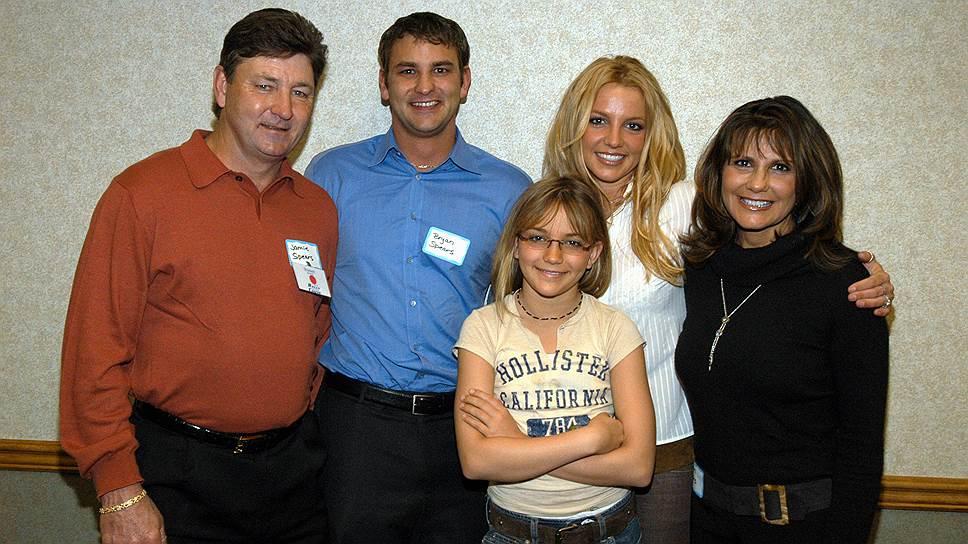 Семья Спирс. По бокам родители — Джеймс и Линн. Ближе к отцу Брайан, ближе к матери Бритни. Самая маленькая — Джейми Линн, певица