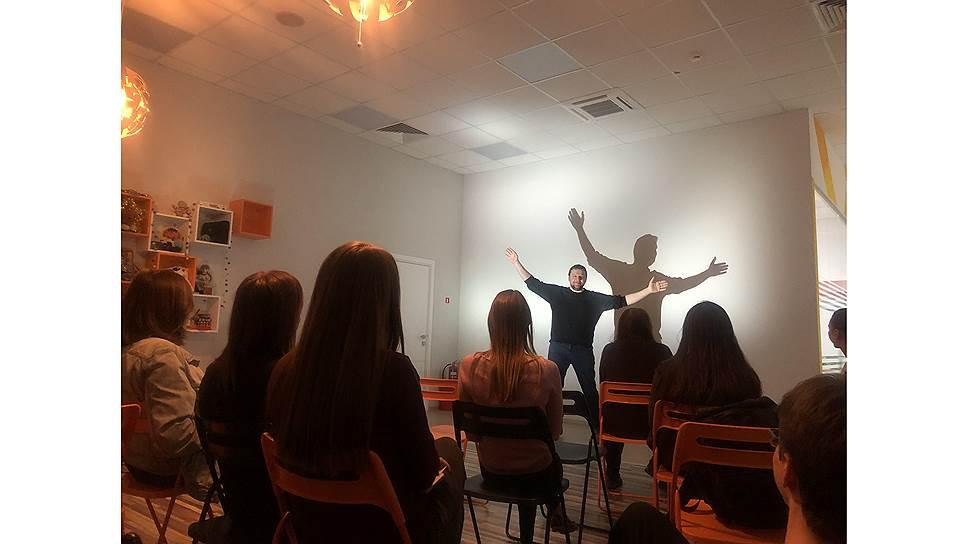 Митя Алешковский выступает перед сотрудниками компании Tiburon Research
