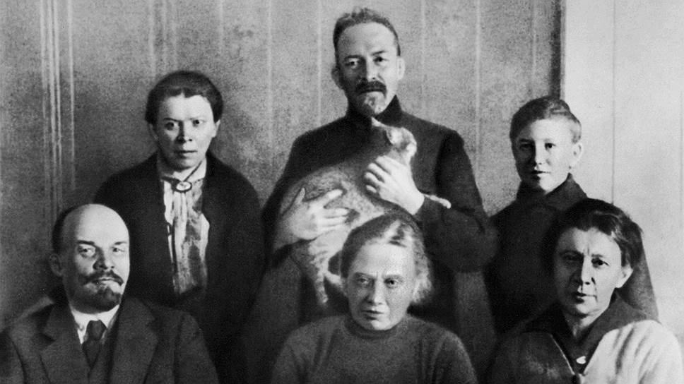 Владимир Ульянов-Ленин с родными (1920 год). В переднем ряду слева направо: жена Надежда Крупская и сестра Анна, в заднем ряду слева направо: сестра Мария, брат Дмитрий, приемный сын сестры Анны Георгий Лозгачев-Елизаров
