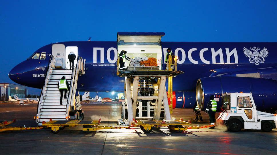 Почтовый самолет в аэропорту Хабаровска
