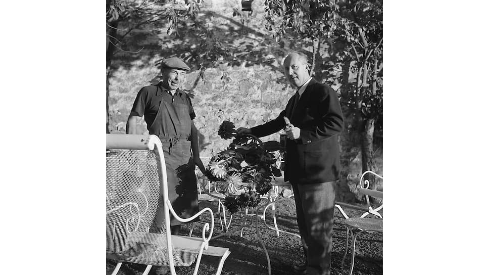 Кристиан Диор выбирает цветы для букета в своем саду