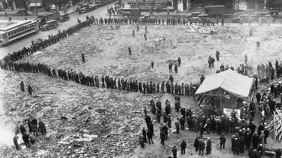 Огромные очереди выстраивались за бесплатным хлебом, который раздавали церковные и светские благотворительные структуры