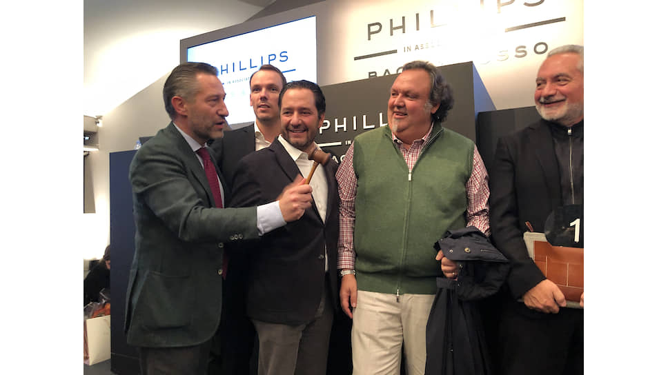 После завершения аукциона Орель Бакс (крайний слева) и глава Zenith Жюльен Торнар (второй слева) поздравили счастливых покупателей