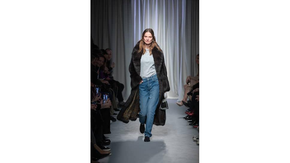 Шуба Zilli, футболка The Row, джинсы Balenciaga, лоферы The Row, сумка The Row, серьги Balenciaga