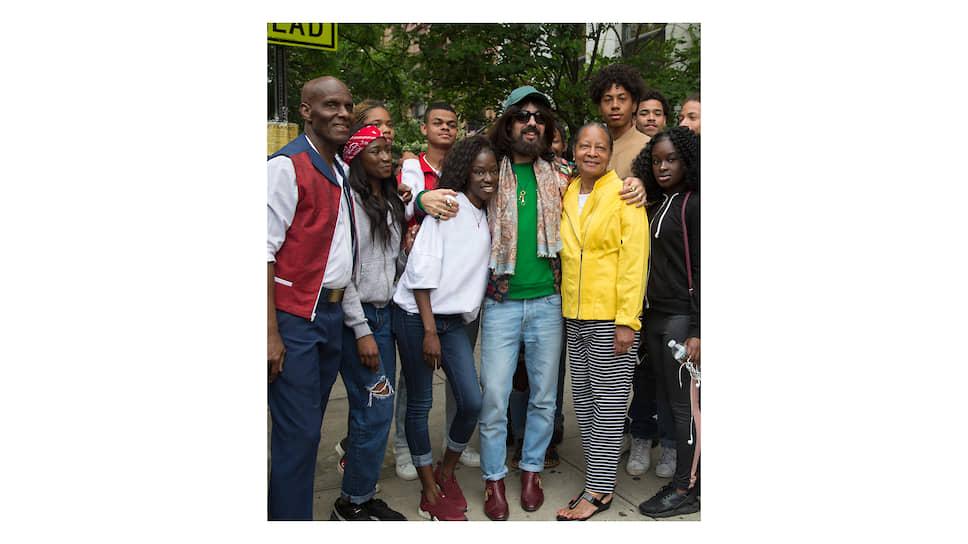 Дэппер Дэн и креативный директор Gucci Алессандро Микеле с моделями, снимавшимися для проекта Gucci Changemakers