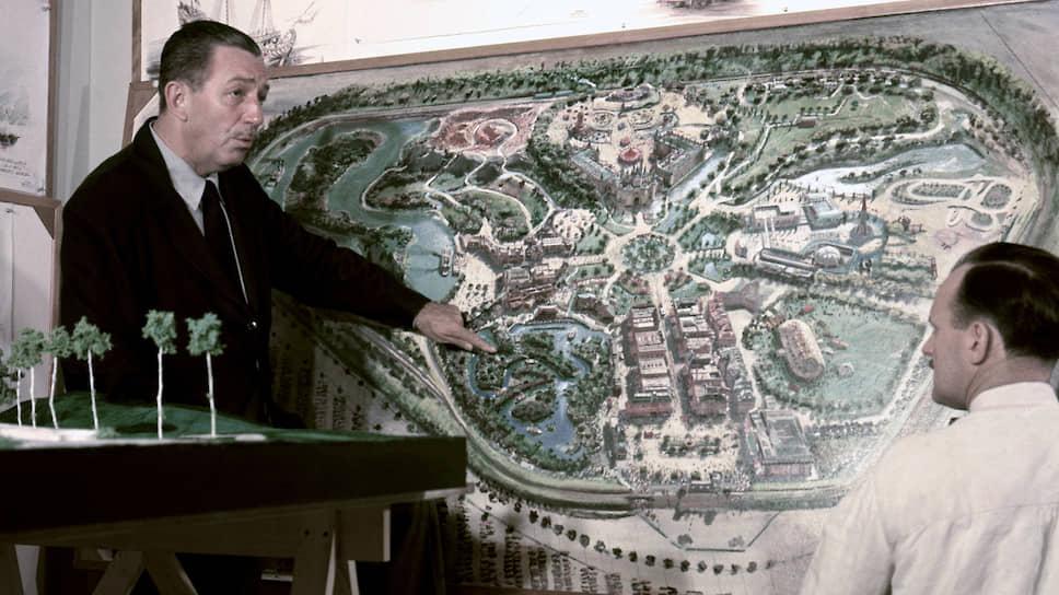 Уолт Дисней обсуждает план первого  Диснейленд с одним из инженеров