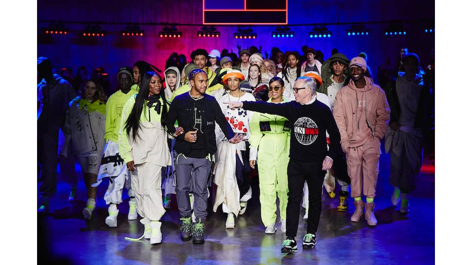 Слева направо: Наоми Кэмпбелл, Льюис Хэмилтон, певица H.E.R. и Томми Хилфигер вместе с моделями в одежде TommyXLewisXH.E.R. в финале шоу в Лондоне