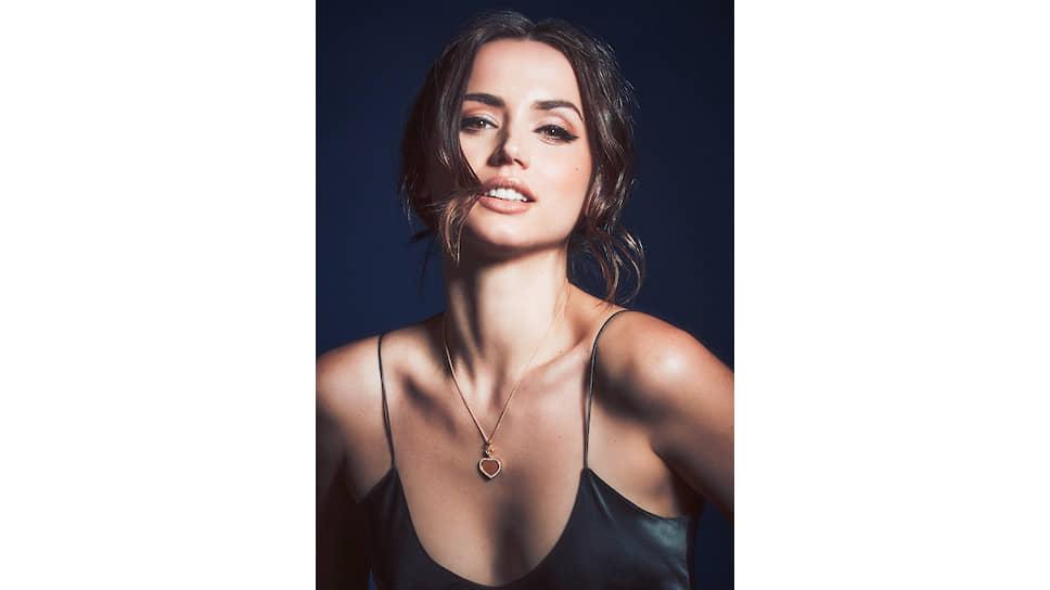 На актрисе Ане де Армас: подвеска Happy Hearts — Golden Hearts, розовое золото, бриллианты