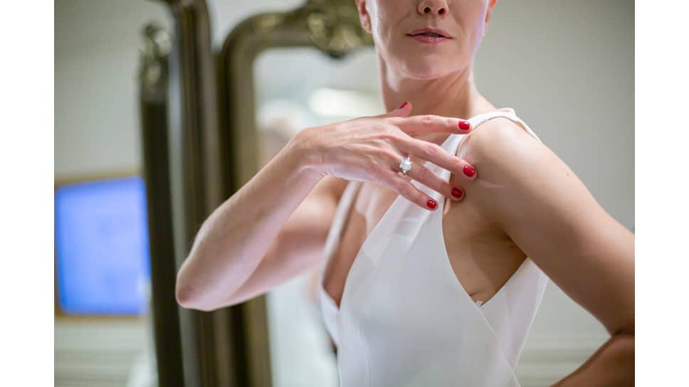 На актрисе Дарье Мороз: кольцо Classic, белое золото, бриллианты центральный бриллиант огранки «изумруд» весом 5 карат