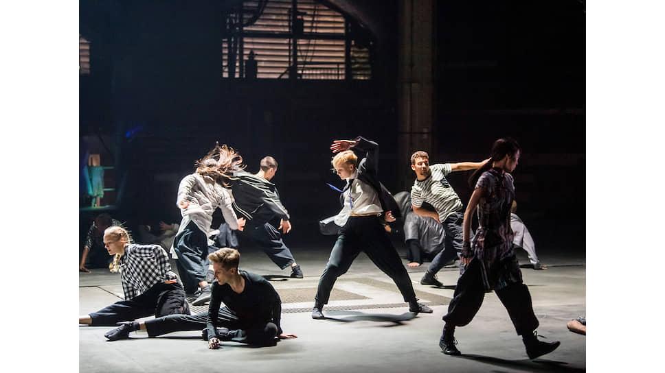 Сцена из спектакля Invisible Cities во время Манчестерского международного фестиваля
