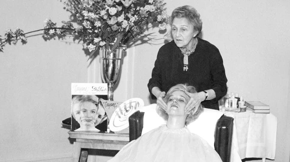 Надя Пайо проводит мастер-класс для «леди красоты» (тогда так называли косметологов), 1950-е гг., салон красоты доктора Пайо на улице Кастильон, Париж
