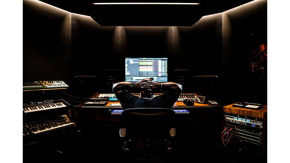 Диджей, композитор, продюсер Карл Кокс во время работы в своей студии
