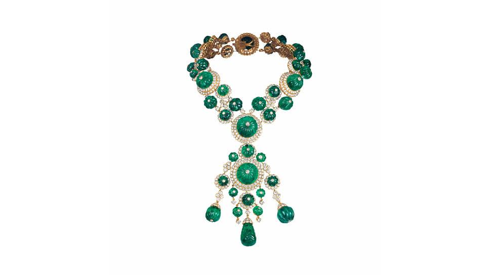 Колье в индийском стиле, желтое золото, гравированные изумруды, бриллианты, 1971 год. Бывшая коллекция индийской принцессы Бегум Салимы Ага-хан, сейчас — коллекция VanCleef&Arpels