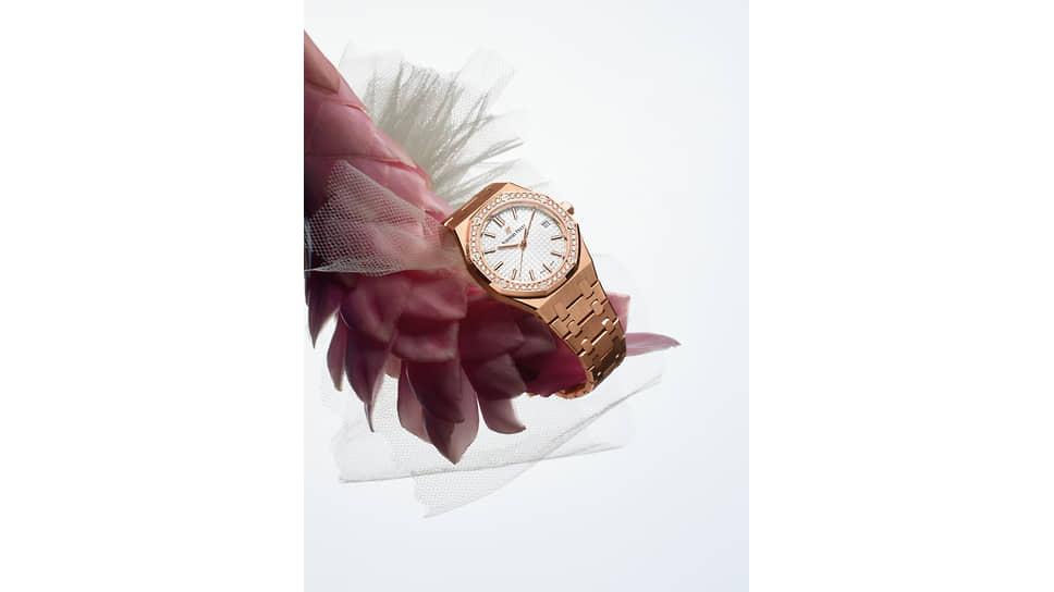 Audemars Piguet Royal Oak, корпус 34 мм из розового золота 750-й пробы, безель декорирован 40 бриллиантами классической огранки, калибр 5800 с автоподзаводом, запас хода 50 часов, серебристый циферблат с узором Grande Tapisserie, в комплекте браслет из нержавеющей стали, раскладная застежка AP из розового золота
