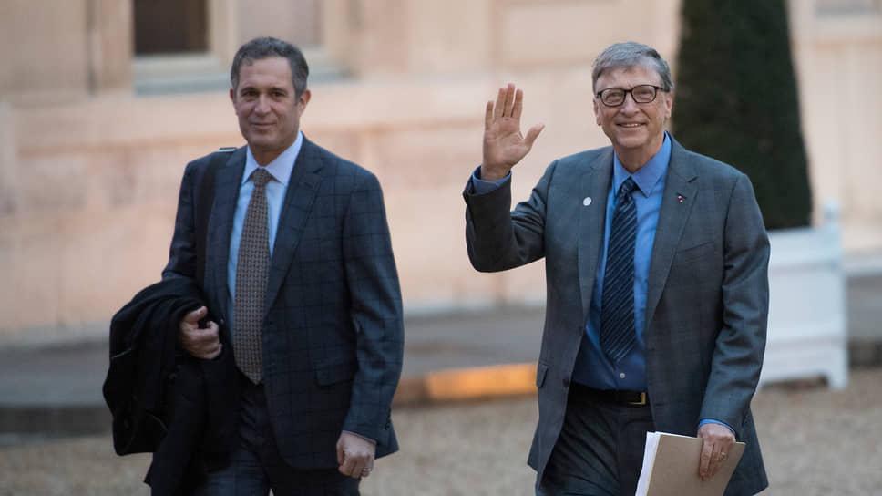 Вице-председатель совета директоров Renaissance Technologies сын Джима Саймонса Натаниэль (Нэт) Саймонс (на фото слева) и один из создателей компании Microsoft Билл Гейтс. Их объединяет участие в кампании The Giving Pledge («Клятва дарения»), участники которой пообещали отдать более половины своего капитала на филантропию