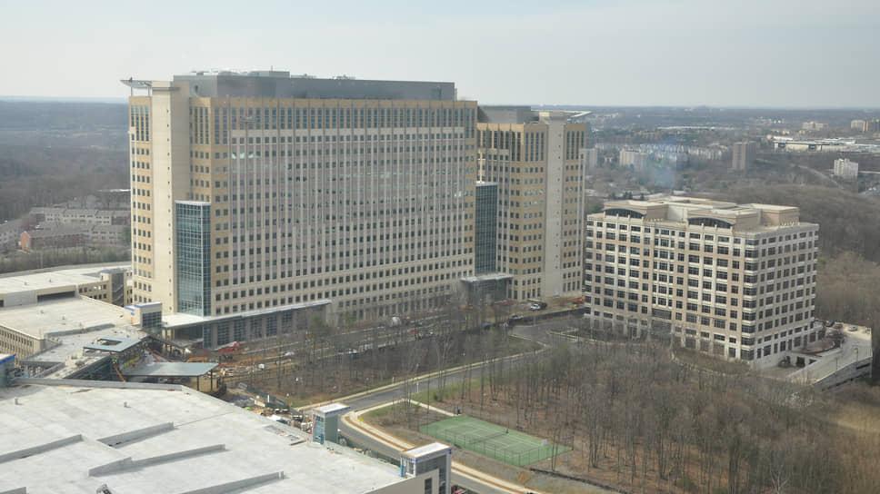 Институт оборонного анализа (здание справа). Джим Саймонс работал здесь с 1964 по 1967 год