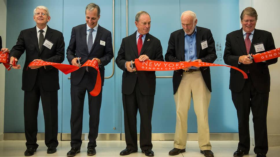Церемония открытия Нью-Йоркского центра изучения генома в 2013 году. Саймонс (на фото второй справа) — один из главных спонсоров центра. В прошлом году он пожертвовал центру $100 млн на новые исследования в течение пяти лет