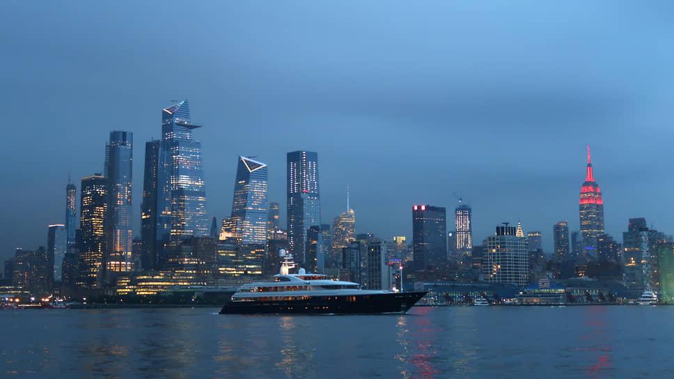 Яхта Джима Саймонса Archimedes. Длина — 68 метров. Восемь кают, джакузи, вертолетная площадка. Максимальная скорость — 16 узлов (30 км/ч). Расход топлива — 500 литров в час. Цена яхты — около $100 млн. Ежегодный расход на стоянки, страховку, обслуживание, зарплату экипажа — около $4 млн