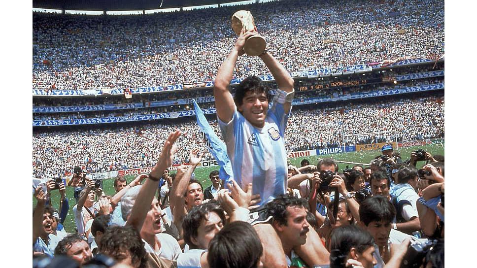 """«Я чувствовал телом, сердцем, душой, что я переживаю самый прекрасный момент моей карьеры, самый прекрасный… 29 июня 1986 года, стадион """"Ацтека"""", Мексика; эти дата и место отмечены на моей коже. Кубок мира в моих руках» (Диего Марадона, «Я — Диего»)"""