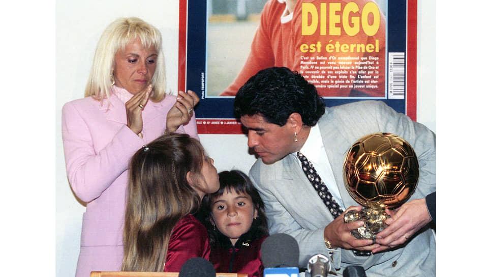 """«Меня пригласили во Францию, где собирались провести матч в мою честь… приглашение поступило… 1 января 1995 года… французский журнал France Football присудил мне """"Золотой мяч"""", как дань уважения моей футбольной карьере. Я переживал необыкновенный эмоциональный подъем» (Диего Марадона, «Я — Диего»)"""