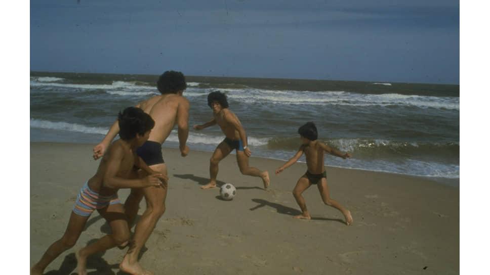 «В конце того Южноамериканского чемпионата, кроме результата, исполнилась и моя мечта, может быть, более важная: я наконец-то вывез всю свою семью на море» (Диего Марадона, «Я – Диего»)