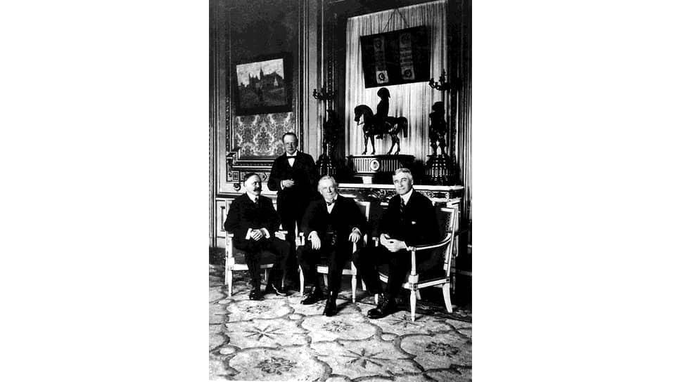 Представители держав-победительниц в Первой мировой войне на Парижской мирной конференции 1919 года. Слева направо: министр промышленного восстановления Франции Луи Люше, военный министр и министр авиации Великобритании Уинстон Черчилль, премьер-министр Великобритании Дэвид Ллойд Джордж и советник президента США Бернард Барух