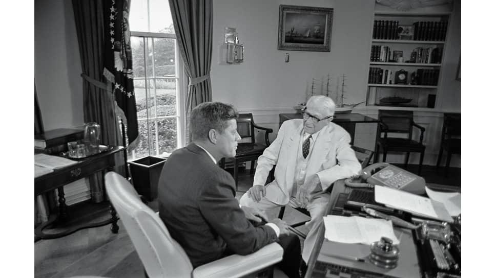 Вместе с президентом Дж. Ф. Кеннеди, 1961 год. Баруху уже исполнилось 90 лет, но он по-прежнему способен давать советы президентам