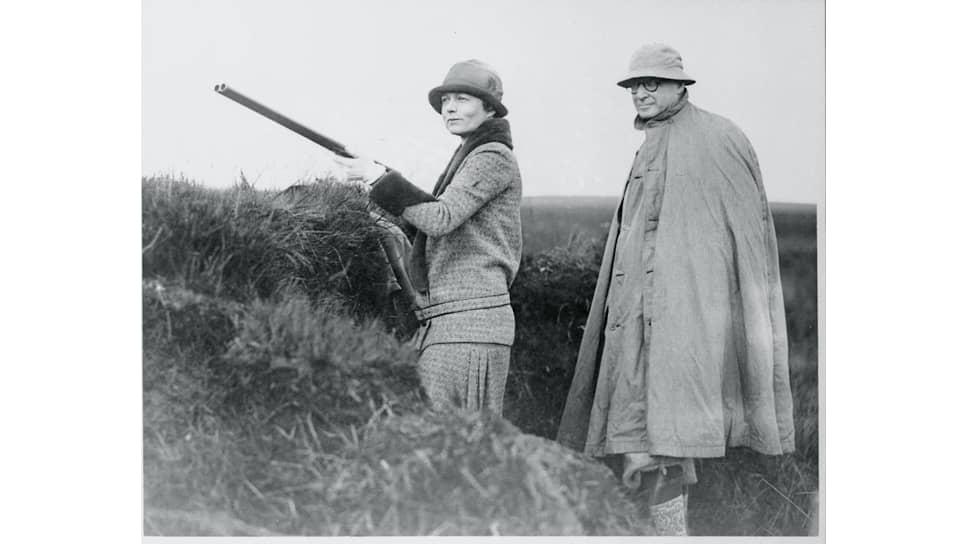 Барух арендовал замок Фетеррессо в Шотландии с прилегающими угодьями и ежегодно охотился там на фазанов и куропаток. На фото рядом с ним его дочь Рене