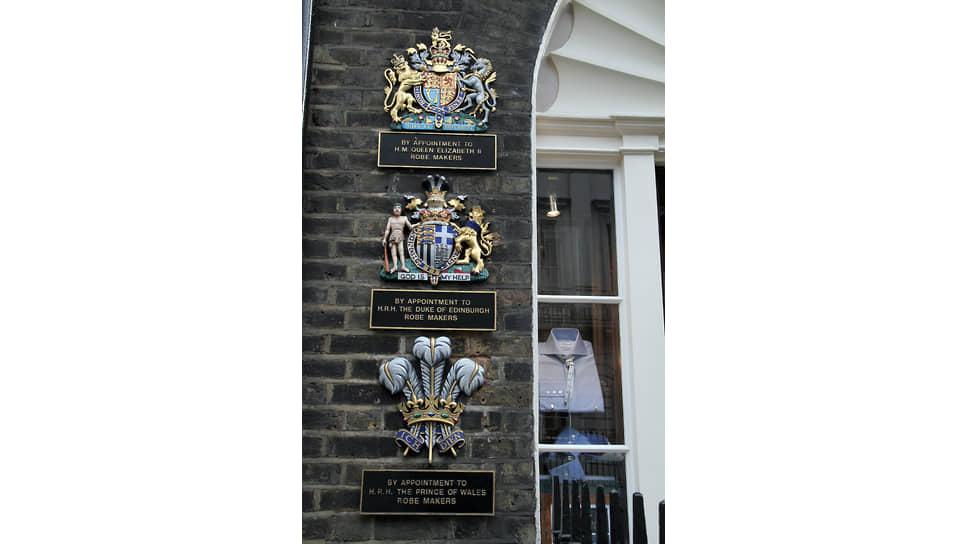 Гербы свидетельствуют о том, что у ателье есть Британский королевский ордер, то есть оно официально поставляет товары и услуги членам королевской семьи не менее пяти лет подряд. Сэвил-роу, Лондон