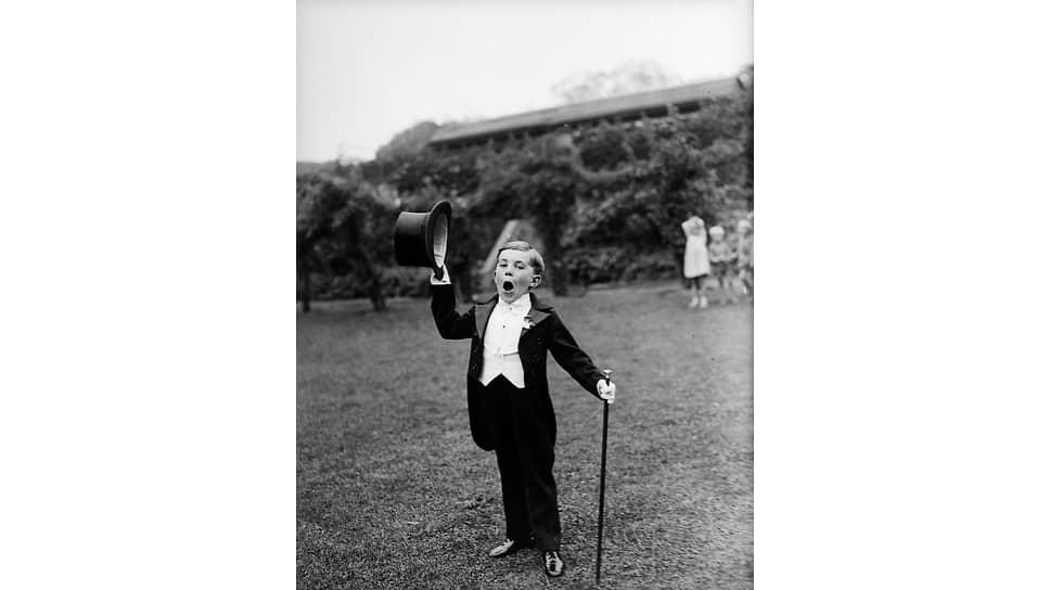 Молодой исполнитель из танцевальной школы Westcliff в смокинге и жилете на репетиции представления для карнавала Southend, 1932 год