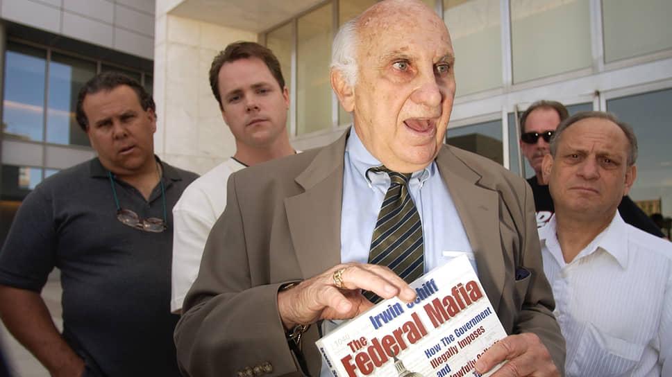 Ирвин Шифф, отец Питера, был убежден, что имеет полное право не платить налоги, и умер в тюрьме за свои убеждения