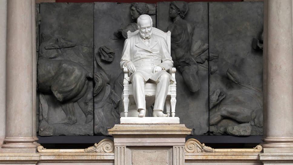 Мраморная статуя А. Л. Штиглица работы Марка Антокольского, установленная в здании художественной академии, в советское время была убрана с глаз подальше и вернулась на свое законное место только в 2011 году