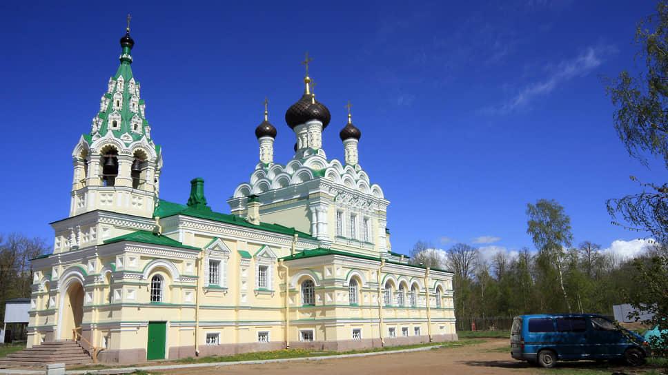 Хотя Александр Людвигович Штиглиц придерживался лютеранской веры, для рабочих Нарвской мануфактуры он построил православный храм, ставший местом упокоения жены Штиглица и его самого